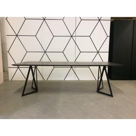 Table en chêne avec structure en métal